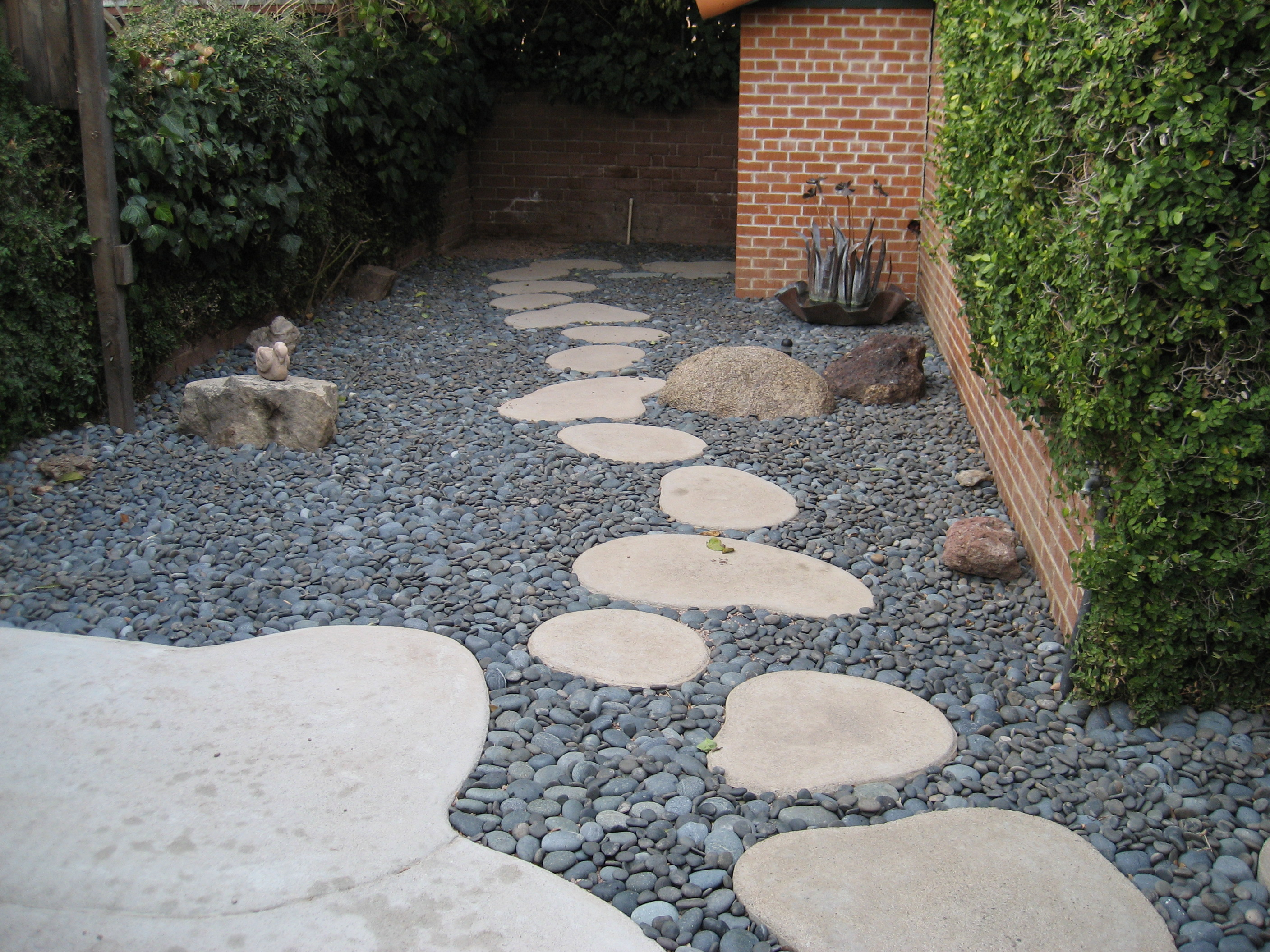Decorate the patio using concrete stepping stones Round wooden stepping stones