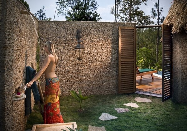 Different ideas of outdoor shower ideas carehomedecor for Decoration mur exterieur jardin